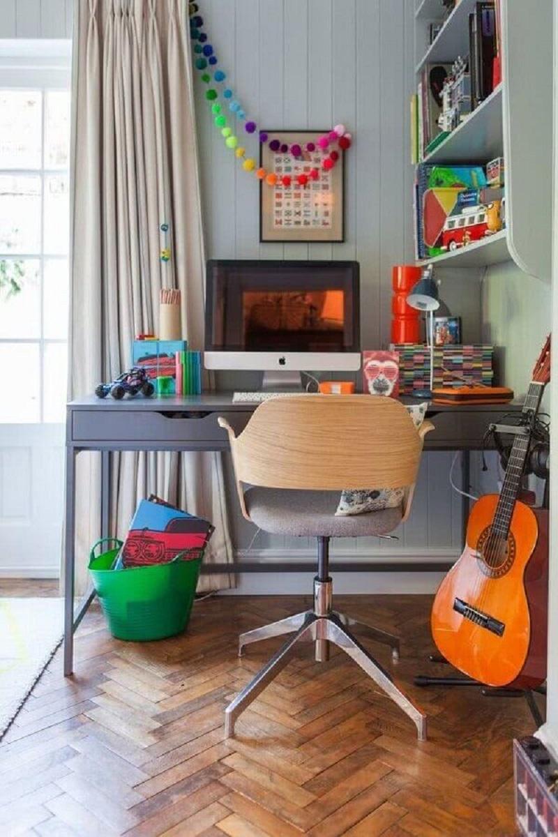 cadeira para home office pequeno e simples decorado com escrivaninha cinza  Foto Apartment Therapy