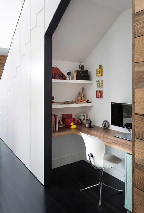 cadeira para home office pequeno embaixo da escada Foto Behance