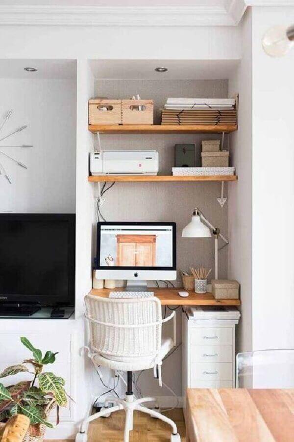 cadeira para home office pequeno planejado com prateleiras de madeira  Foto The Nordroom