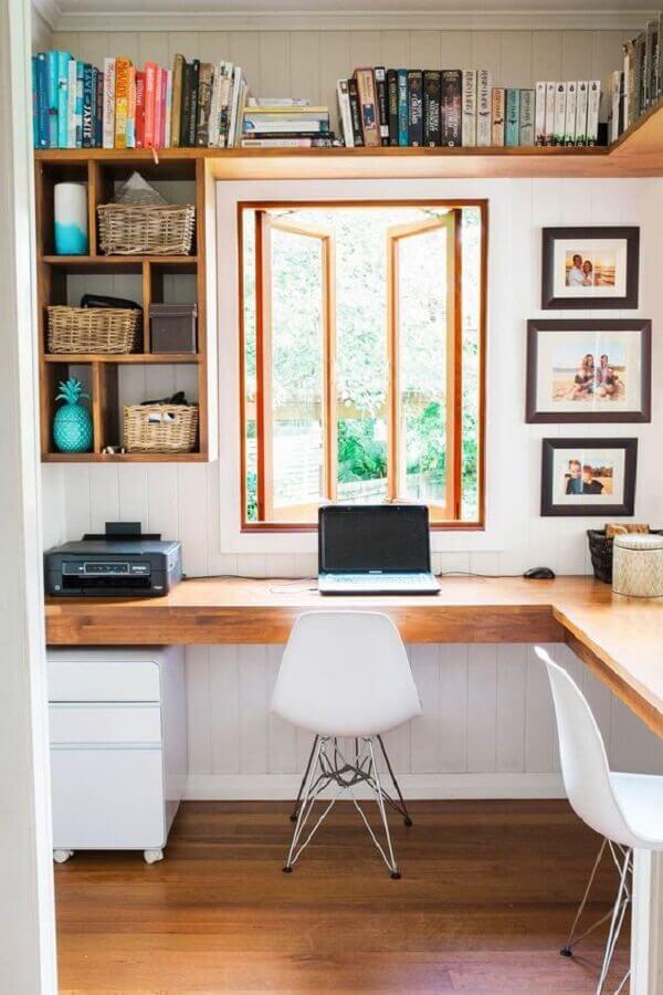 cadeira para home office planejado com bancada de madeira de canto Foto Jeito de Casa