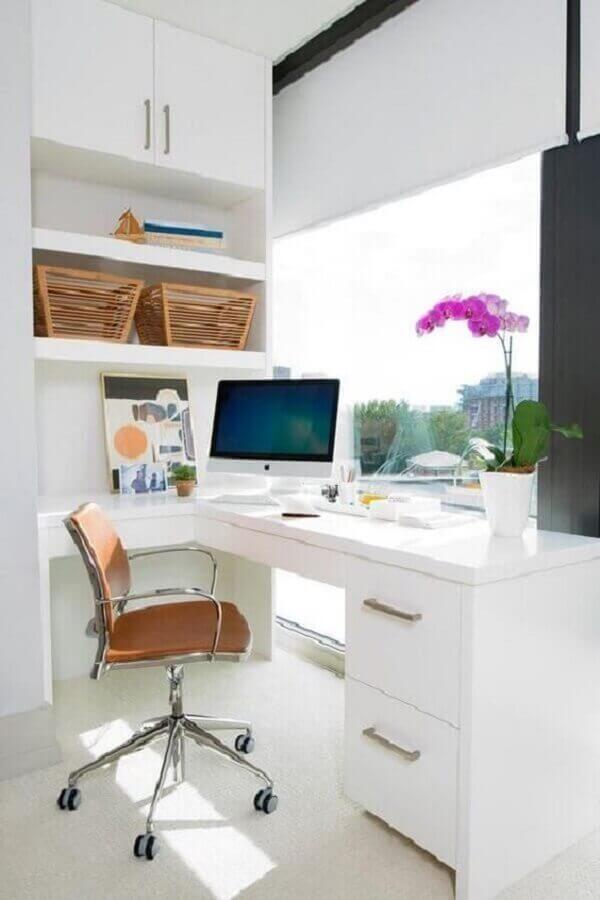 cadeira para home office todo branco planejado com escrivaninha de canto Foto Apartment Therapy