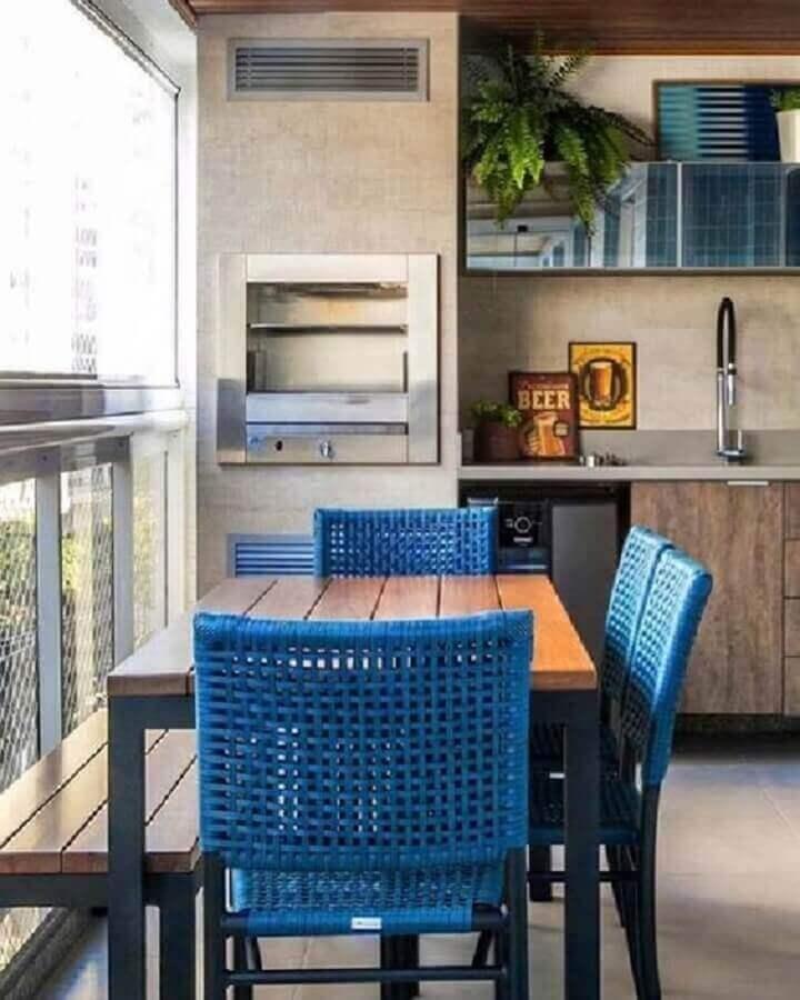 cadeiras azuis para decoração de varanda gourmet pequena com churrasqueira  Foto Casa de Valentina