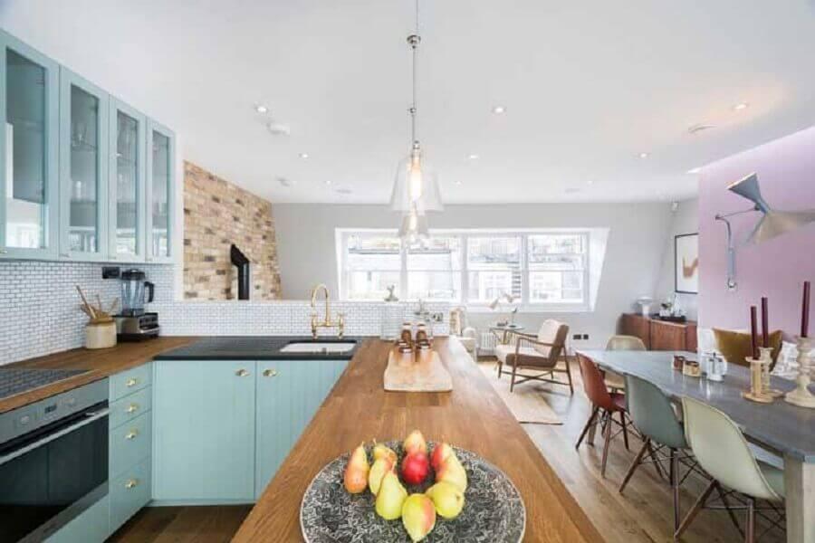 cadeiras coloridas e bancada de madeira para decoração de sala e cozinha integrada Foto Houzz