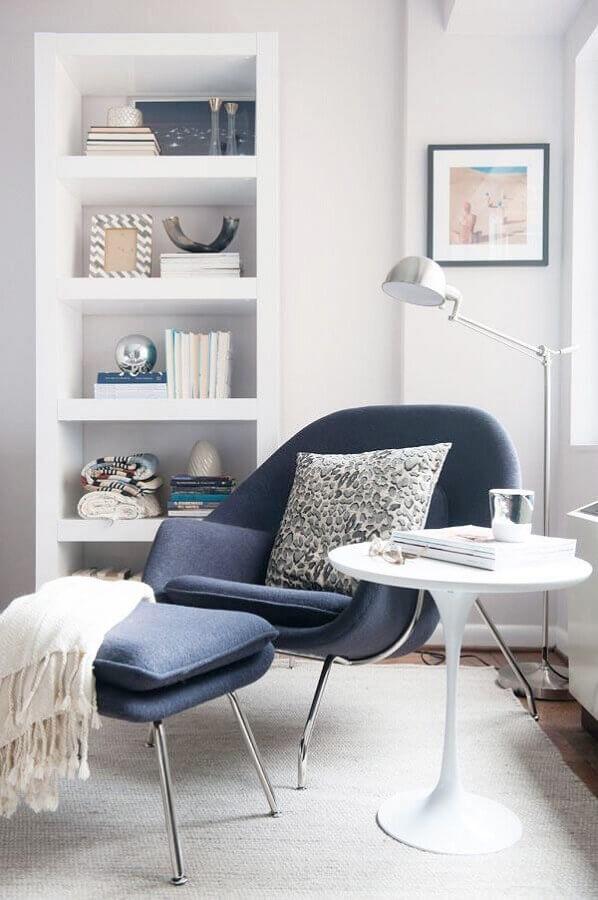 cantinho de descanso todo branco decorado com poltrona moderna azul com puff Foto Jeito de Casa