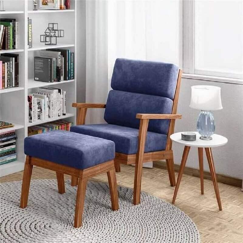 cantinho de leitura decorado com poltrona azul de madeira  Foto Jeito de Casa