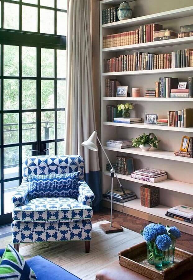 cantinho de leitura decorado com poltrona azul estampada  Foto Pinterest