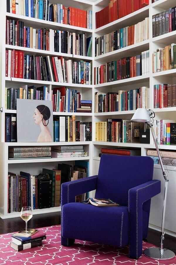 cantinho de leitura decorado com tapete rosa e poltrona azul escuro Foto Vintage & Chic