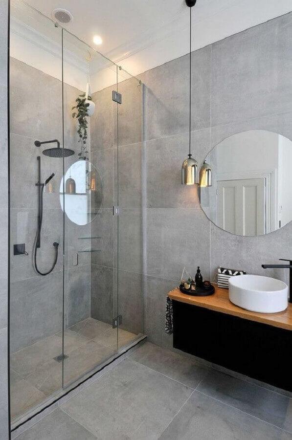 cimento queimado para decoração banheiro minimalista com luminária cromada  Foto Arquitetas Express
