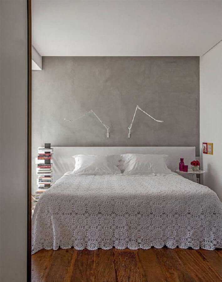 colcha de crochê para decoração de quarto de casal minimalista com parede de cimento queimado Foto Pinterest