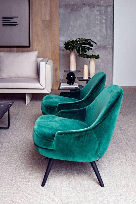 Conjunto de poltronas verdes na sala de estar