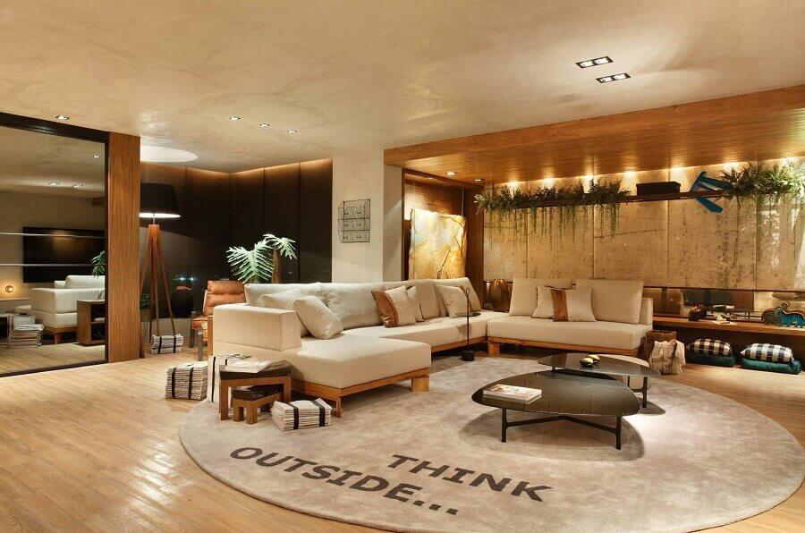 cores neutras para sala de estar ampla decorada com mesa de centro preta moderna  Foto Studio Eloy e Freitas Arquitetura