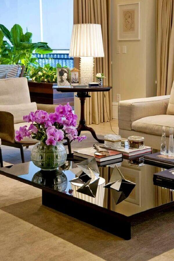 cores neutras para sala sofisticada decorada com mesa de centro preta espelhada  Foto Decor Salteado
