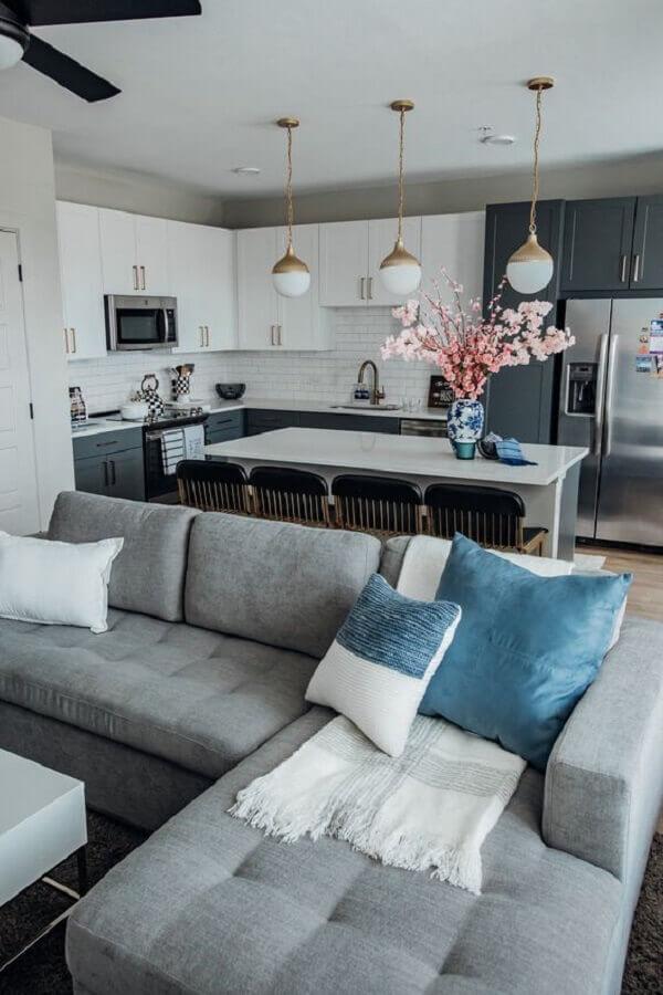 cozinha com ilha e sala de estar integrada com sofá cinza com chaise Foto Drizzle Decor