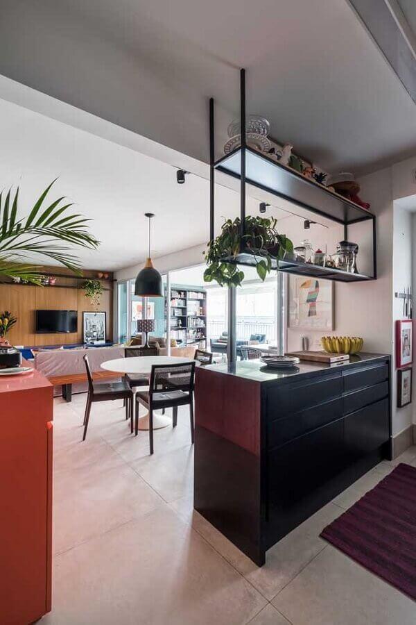 cozinha e sala de jantar integradas decoradas com prateleiras suspensas Foto Pinterest