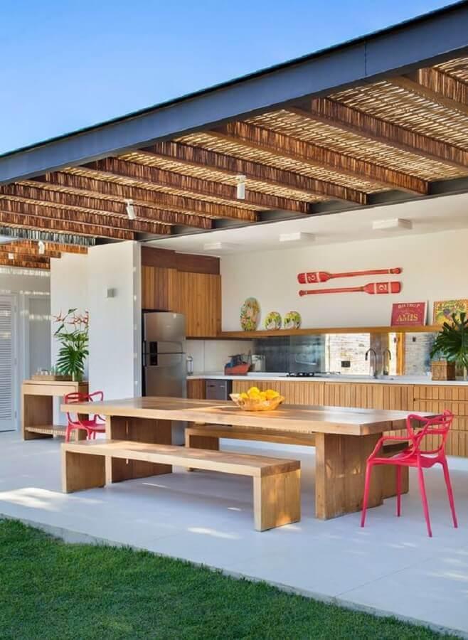 cozinha externa ampla decorada com armários e mesa de madeira Foto Casa de Valentina