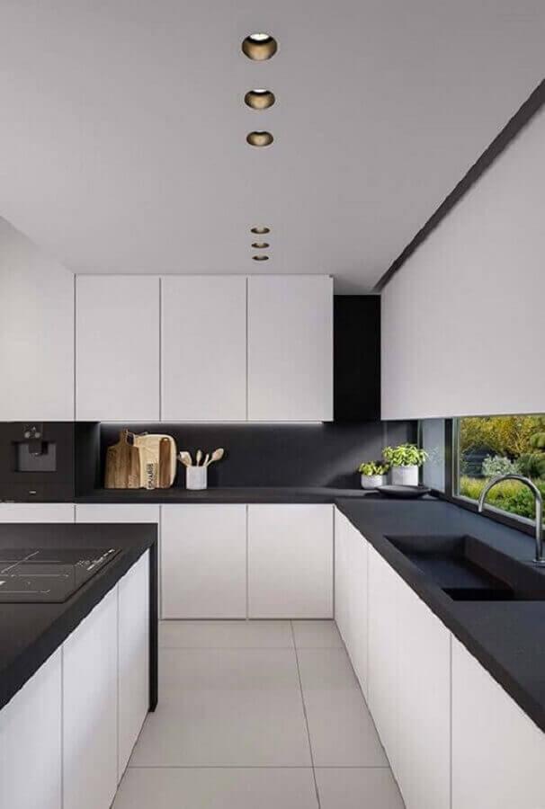 cozinha grande planejada com decoração branco e preto moderna Foto Futurist Architecture
