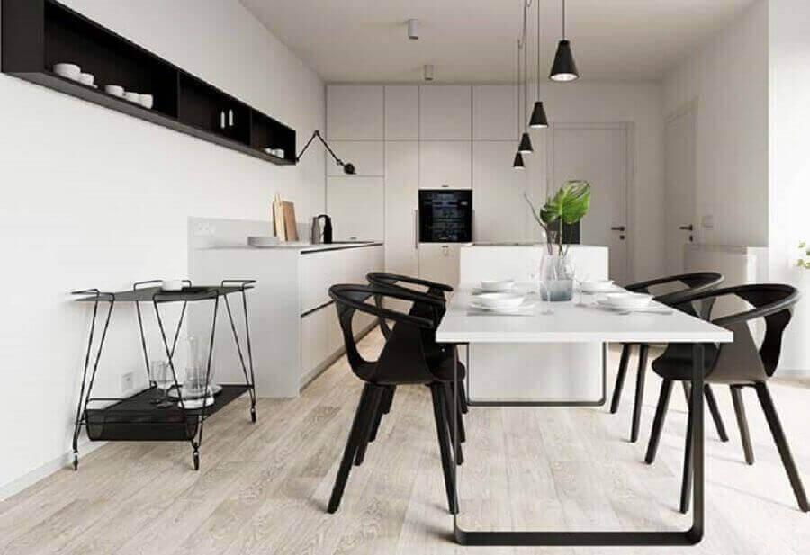 cozinha minimalista grande com decoração branco e preto Foto Apartment Therapy