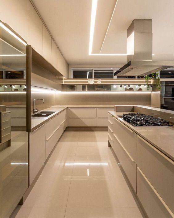 Cozinha monocromática bege super clássica