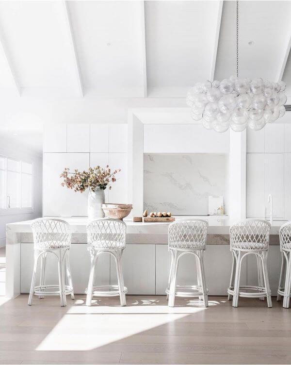 Cozinha branca monocromática