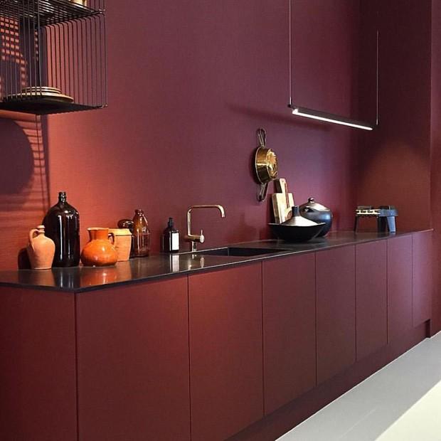 Cozinha monocromática marsala