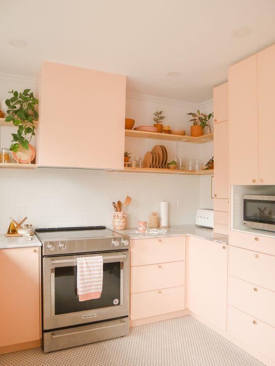 Cozinha com armários rosa claro