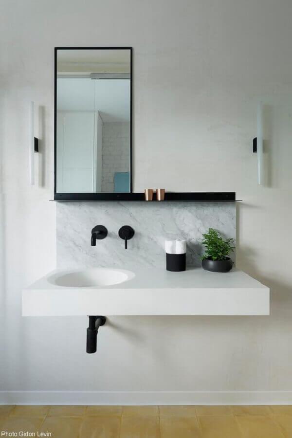 decoração banheiro minimalista branco com detalhes em preto  Foto Fineshmaker