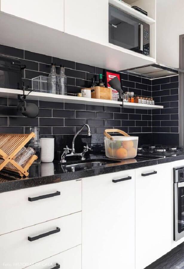 decoração branco e preto para cozinha com armários planejados Foto Histórias de Casa