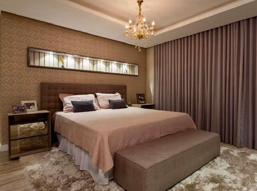 decoração clássica para quarto de casal com tapete bege mesclado e papel de parede com arabescos Foto Revista Artesanato