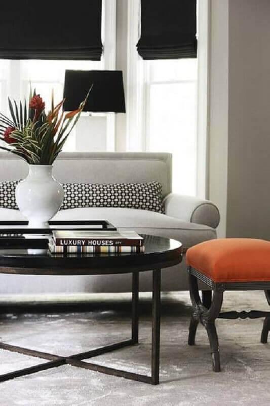decoração clássica para sala de estar com mesa de centro preta redonda Foto Pinterest