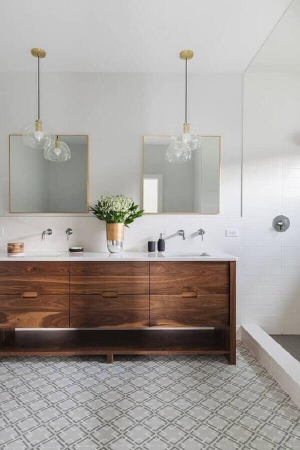 decoração clean com luminária pendente para banheiro branco com gabinete de madeira Foto Decorated Life