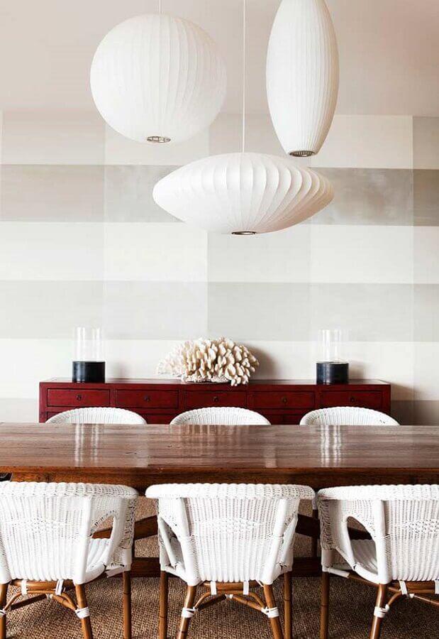 decoração clean com papel de parede delicado para sala de jantar com móveis de madeira Foto Pinterest