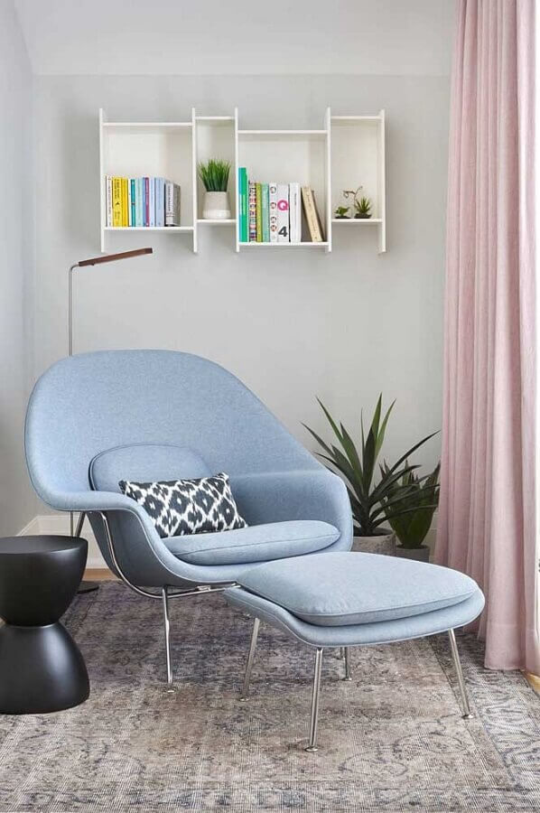 decoração clean com poltrona azul claro moderna  Foto Pinterest