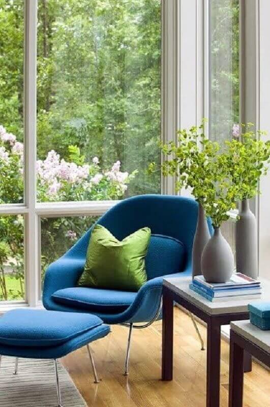 decoração clean com poltrona azul moderna com puff  Foto Home Fashion Trend