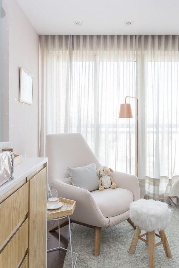 decoração clean com poltrona moderna para quarto de bebê branco Foto Karen Pisacane