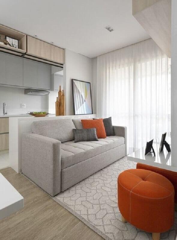 decoração clean com sofá pequeno para sala com puff laranja redondo Foto Pinterest