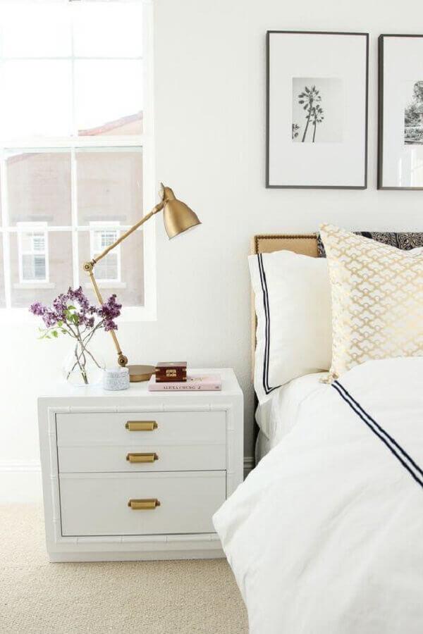 decoração clean para quarto branco com abajur de cabeceira moderno Foto Simple Home. Simple Life