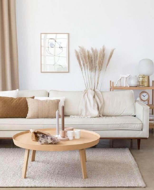 decoração clean para sala com tapete bege claro e mesa de centro redonda Foto Casa Très Chic