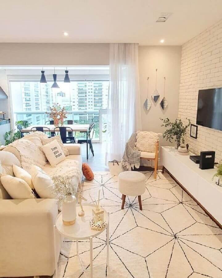 decoração clean para sala com tapete bege claro e parede de tijolinho branco Foto Pinterest