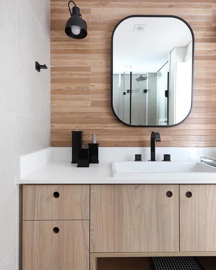 decoração com luminária de parede para banheiro amadeirado  Foto Mandril Arquitetura