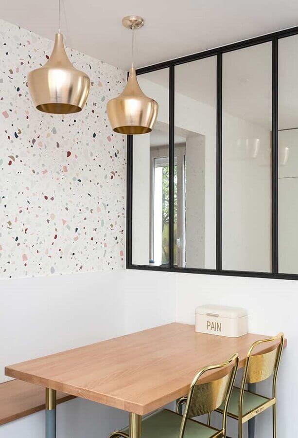 decoração com papel de parede delicado para sala de jantar com luminária pendente dourada Foto Houzz