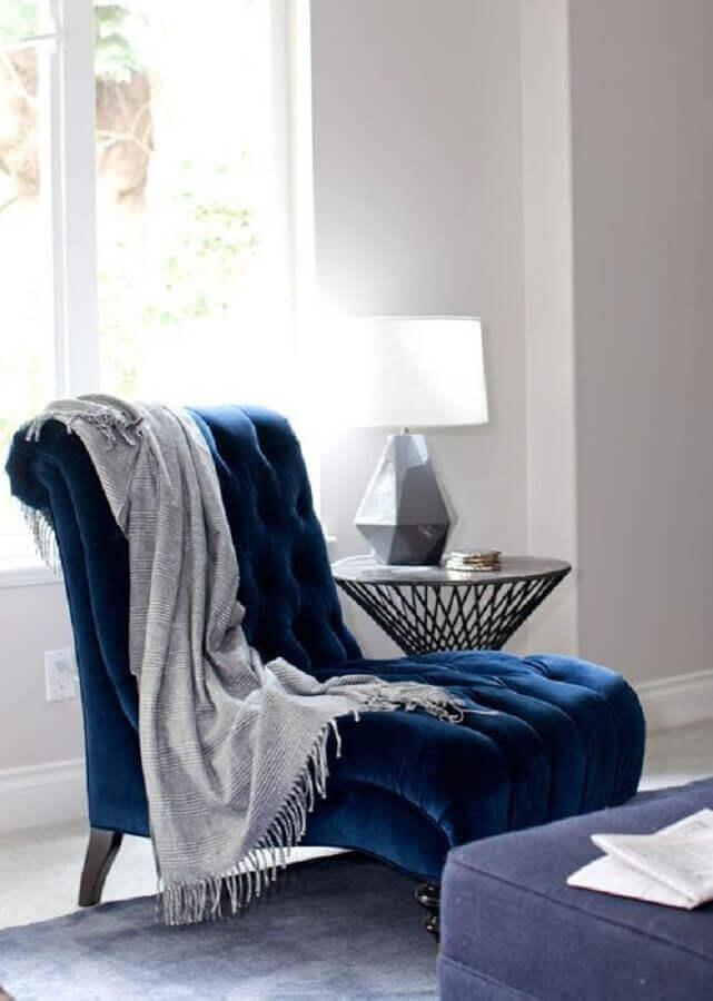 decoração com poltrona azul escuro capitonê Foto Brabbu Design Forces