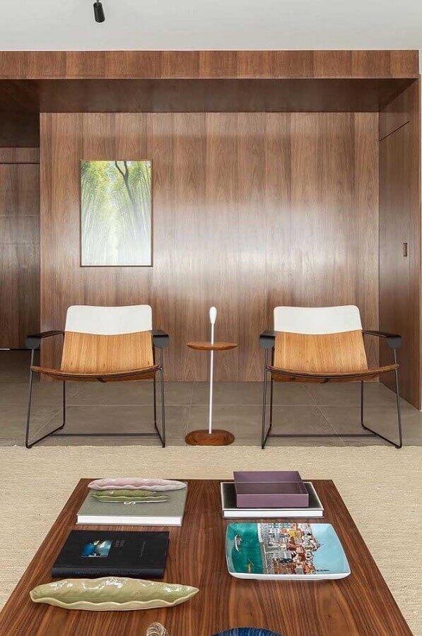 decoração com poltronas modernas para sala com revestimento de madeira Foto Pinterest