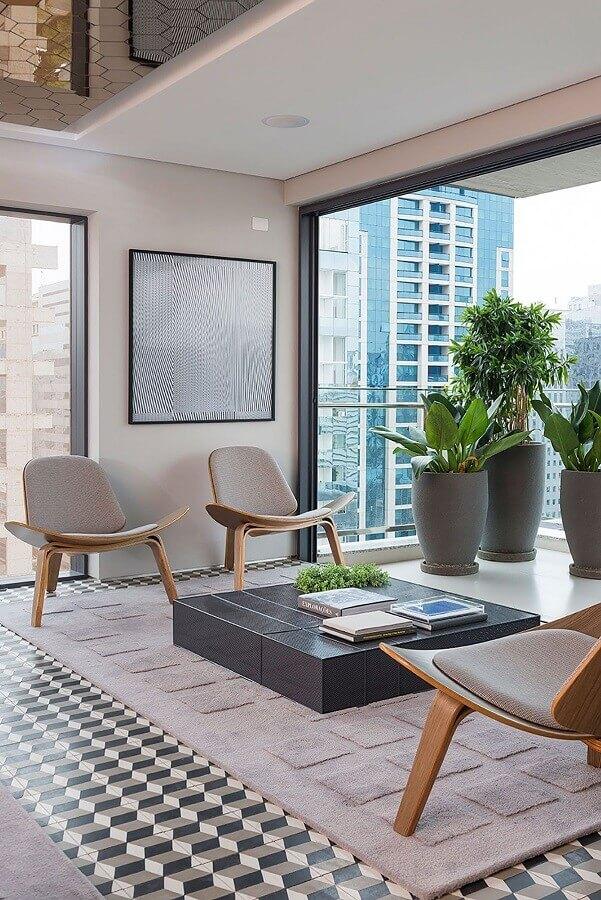 decoração com poltronas modernas para varanda ampla de apartamento Foto Casa de Valentina