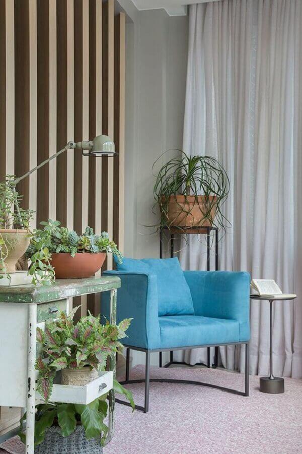 decoração com vasos de plantas e poltrona azul turquesa moderna Foto Casa de Valentina