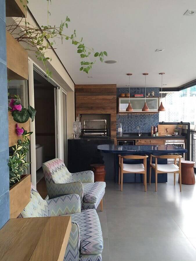 decoração de apartamento com varanda gourmet com churrasqueira e bancada planejada  Foto Otimizi