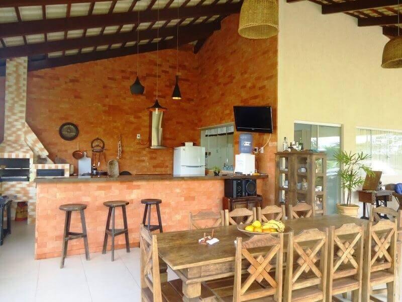decoração de cozinha externa rústica com churrasqueira Foto Jeito de Casa