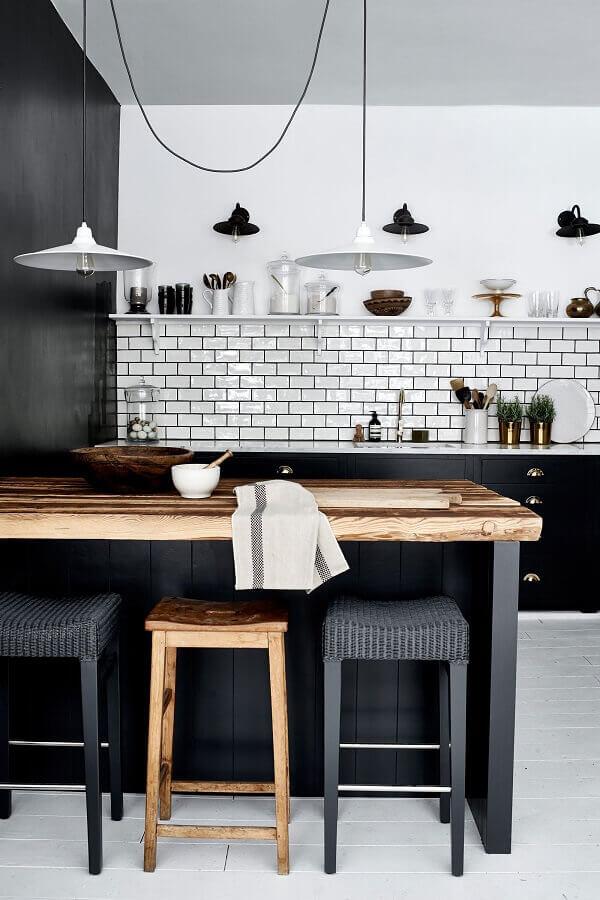 decoração de cozinha preto e branco com bancada de madeira rústica Foto Behance