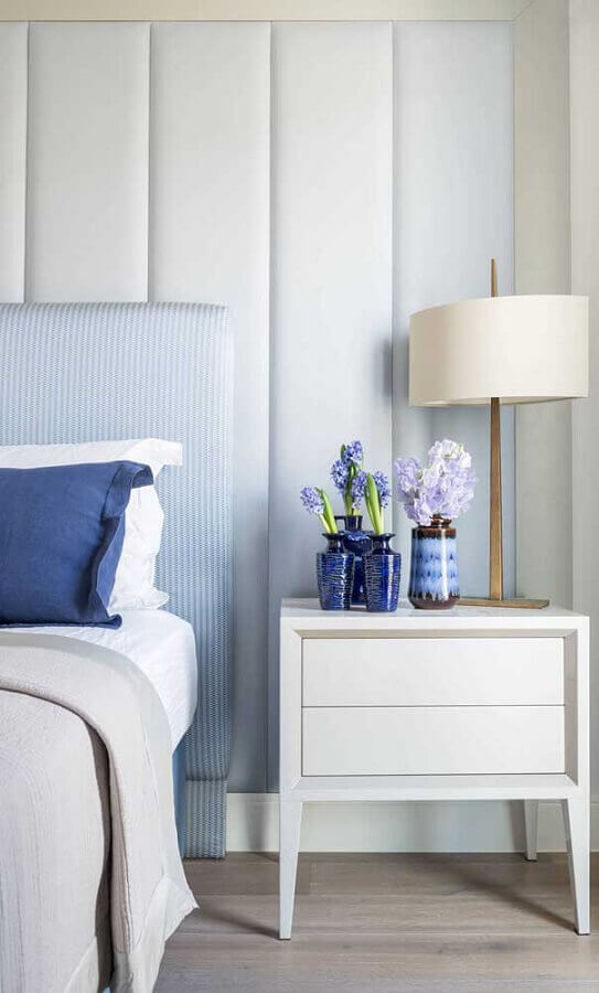 decoração de quarto branco e azul pastel com abajur de cabeceira Foto Architecture Art Designs