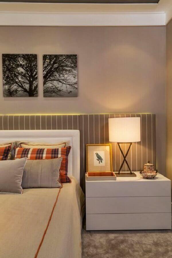 decoração de quarto de casal com criado mudo branco e abajur de cabeceira de madeira Foto Simples Decoração