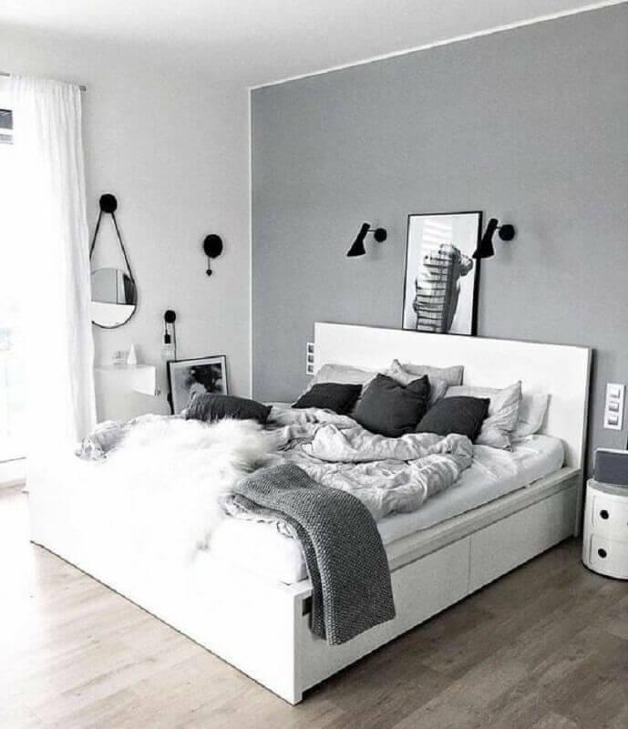 decoração de quarto de casal minimalista cinza e branco Foto Apartment Therapy